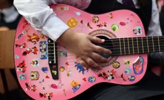 Guitarra rosada, niña tocando guitarra, Chile